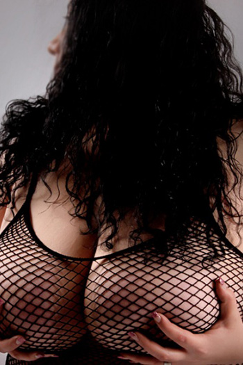 Escort Rubensmodel Antonia striptease pied érotique Domina Berlin pipi jeux sexuels