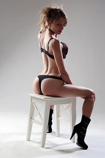 Escort Girl Elena Straps & High Heels Top Sex Service à Berlin