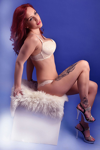 La déesse du sexe d'escorte berlinoise Larisa aime toutes sortes de sexe dans l'appartement privé de l'hôtel