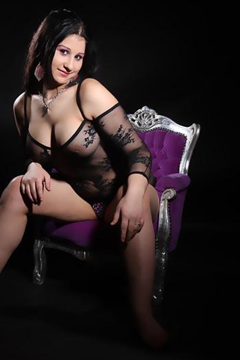 Le mannequin d'escorte érotique Rosa, une fille sexuelle presque lubrique et très polyvalente, visite Berlin
